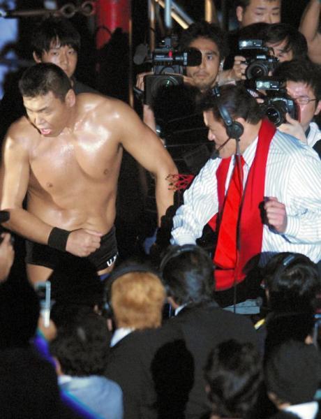 新プロレス団体「IGF」の立ち上げ戦で、試合終了後アントニオ猪木さん(右)から精神注入のビンタを受ける小川直也さん=2007年6月29日