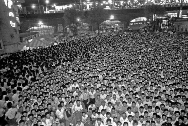 プロレスを放映する街頭テレビに押し寄せる人波=1955年7月
