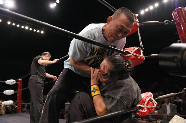 グレート小鹿さん(中央)と、ザ・グレート・カブキさんのタッグマッチ。当時73歳と67歳の戦いは「140歳対決」と注目されました=2015年11月15日、東京・両国国技館