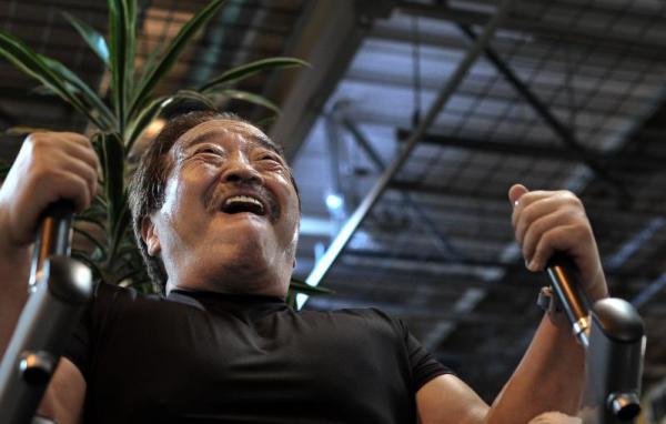 トレーニングをする百田光雄さん=2010年6月25日