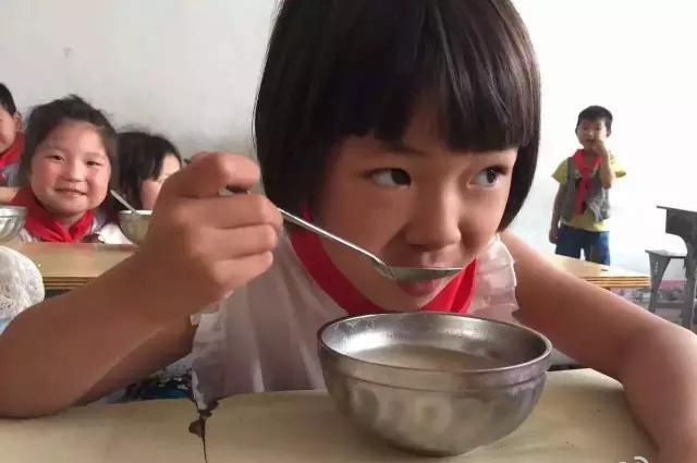 鄧飛さんが関わる「フリーランチ運動」では、子どもたちに無料の昼食を提供している=2016年、河南省の南陽小学校