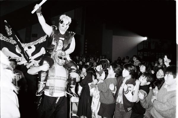 全日本女子プロレスのヒールユニット、極悪同盟。中央はダンプ松本さん=1985年12月12日