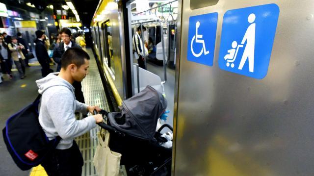 車内での使用方法を巡って議論が起きたベビーカー。JR新宿駅でベビーカーマークがついた車両に乗り込む乗客=2015年11月20日、白井伸洋撮影影