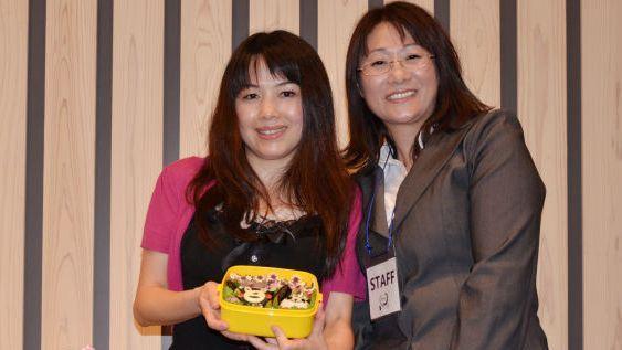 キャラ弁の作者、文華さん(左)と落札したチャリティー団体のスタッフ