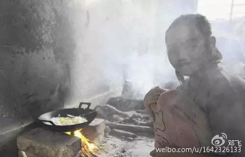 煙に包まれながら自炊する女の子