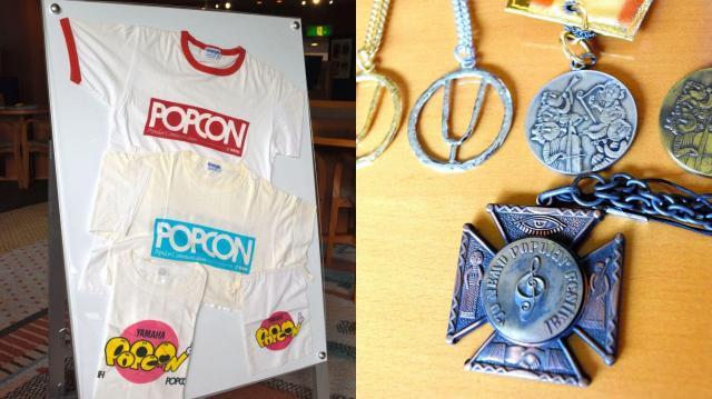 ポプコンのTシャツ(左)、ポプコンの受賞者らに贈られたメダル=静岡県掛川市のつま恋