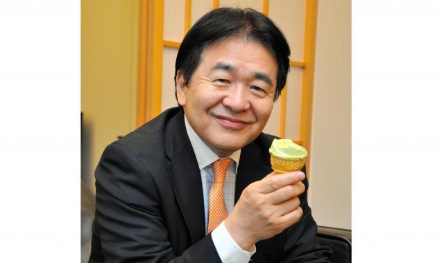 グリーンソフトを味わう竹中平蔵さん