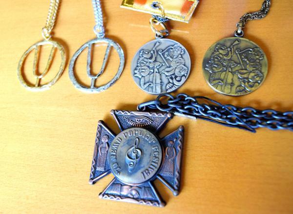 ポプコンの受賞者らに贈られたメダル=静岡県掛川市のつま恋