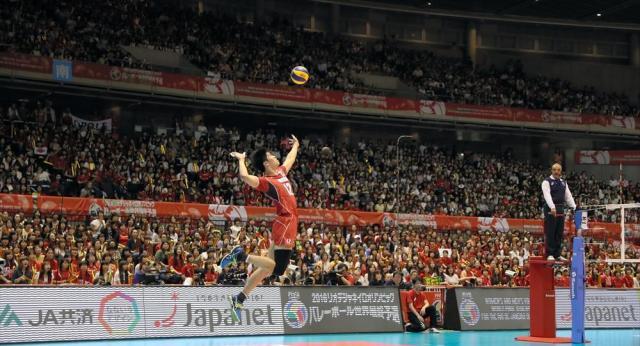 バレーボールのリオデジャネイロ五輪世界最終予選が開かれている東京体育館。全日本男子が出場する第4試合は、満員の観衆で客席が埋まった=5月31日、林敏行撮影
