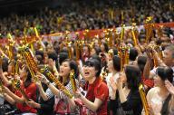 バレーボールのリオデジャネイロ五輪世界最終予選が開かれている東京体育館。全日本男子が出場する第4試合は、満員の観衆で客席が埋まり、大勢の女性もいた=5月31日、林敏行撮影