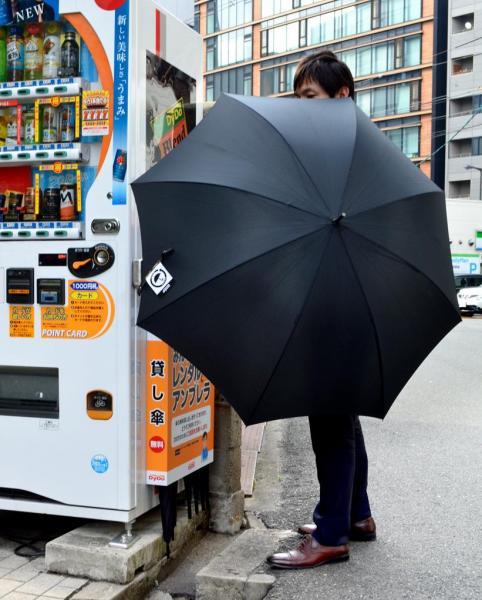自販機に設置される無料レンタル傘のボックス