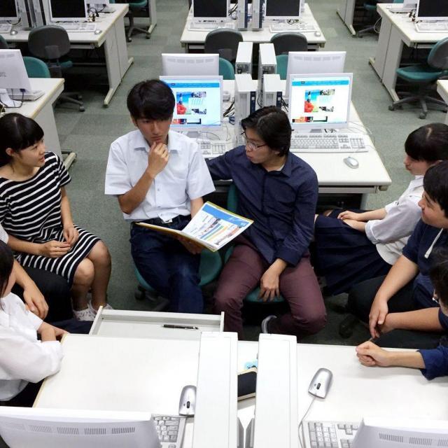 放課後、イベントについて話し合うメンバー=東京都中野区、石井さん提供