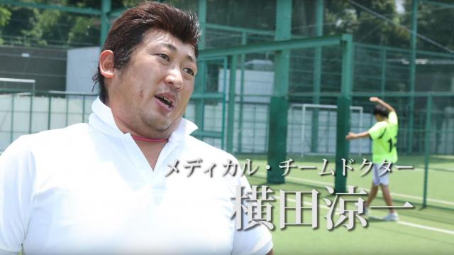 メディカル・チームドクターに扮した秋山さん。選手じゃないけど「いかにも」グラウンドにいそうな衣装と髪形と体形