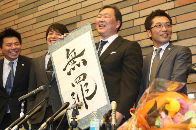 一審の無罪判決を受け、笑顔を見せる金光正年被告=2014年4月、大阪市北区、林敏行撮影