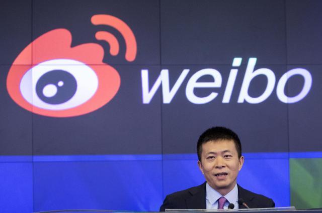 NASDAQでスピーチする新浪微博の経営陣。中国では新聞やテレビなどマスメディアに匹敵する影響力をもつ=2014年4月