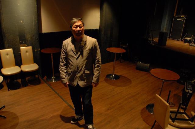 一審判決前にNOONの店内に立つ金光正年さん。「客は音楽を楽しんでいただけだ」と語った=2014年4月、大阪市北区、阿部峻介撮影