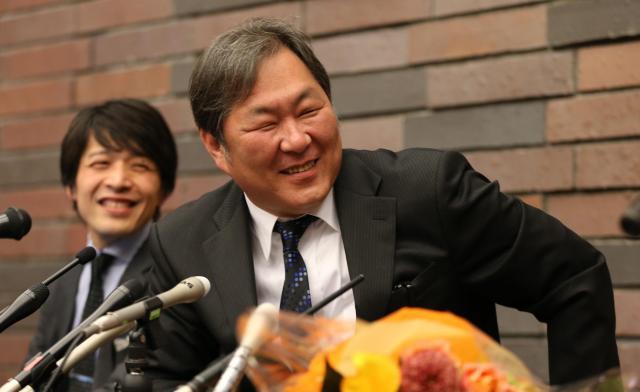NOON元経営者の金光正年さん(右)と西川研一弁護士=2014年4月、大阪市北区、林敏行撮影