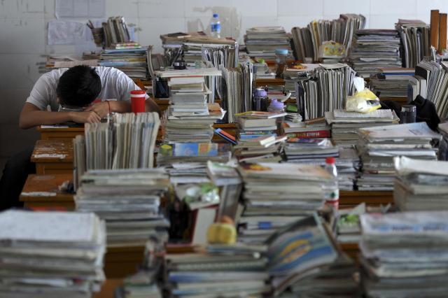仮眠を取る高校3年生=安徽省、2012年6月