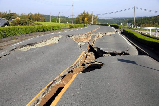 道路が寸断され、通行止めになったため、歩いて高台を目指した=4月16日、熊本県西原村、金川雄策撮影