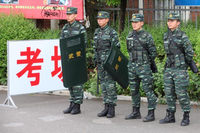 大学入試の試験場を警備する武装警察=雲南省、2016年6月