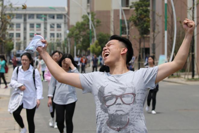 本籍地によって難易度が違う中国の受験制度。中でも「地獄式」と言われるほど難しい江蘇省の試験会場では、思わずガッツポーズをする受験者も=2016年6月