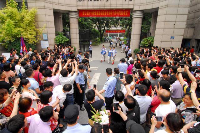受験生を待つ保護者たち=浙江省、2016年6月