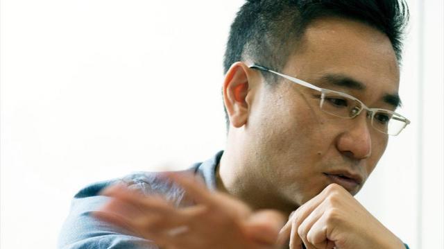 名脇役の八嶋智人さん。「主役は物語を背負わなきゃいけないというのもあるから、あんまりふざけられないですよね」=迫和義撮影