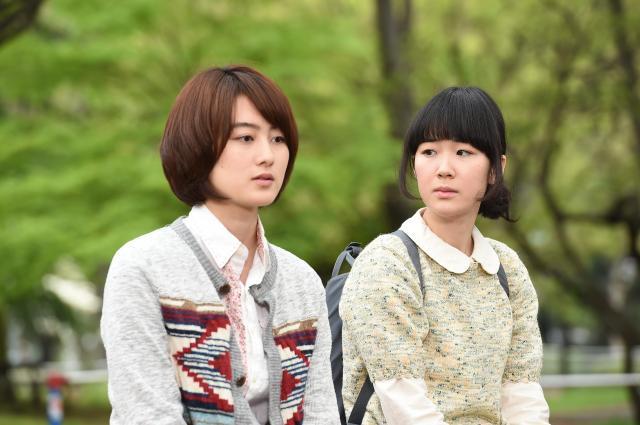 高月彩良さん演じる漫画家志望の女子大学生・東江(左)と主人公の黒沢