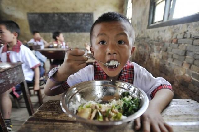 安徽省石台小学校、フリーランチを食べている男の子