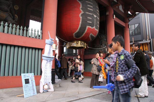 東京スカイツリー(高さ634m)に扮した衣装で台東・墨田区を巡りながら、6分34秒間の逆立ちを繰り返すパフォーマンス