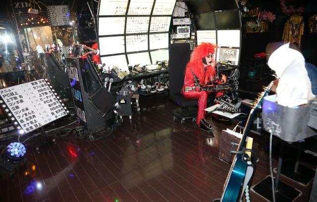 ギターやパソコンに囲まれてスタジオで作業する=千葉県市川市、早坂元興撮影