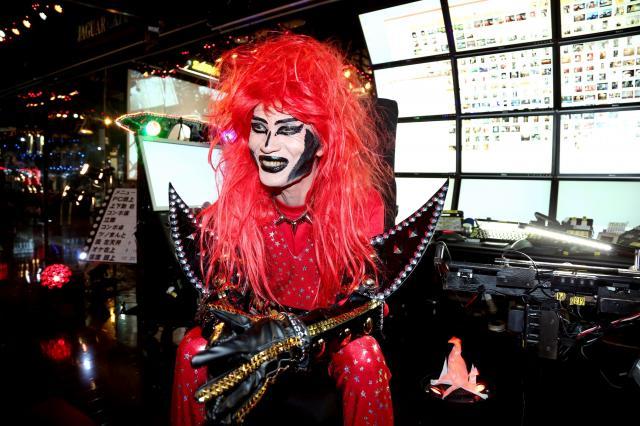 笑顔でインタビューに応じるロックシンガーのジャガーさん=千葉県市川市、早坂元興撮影