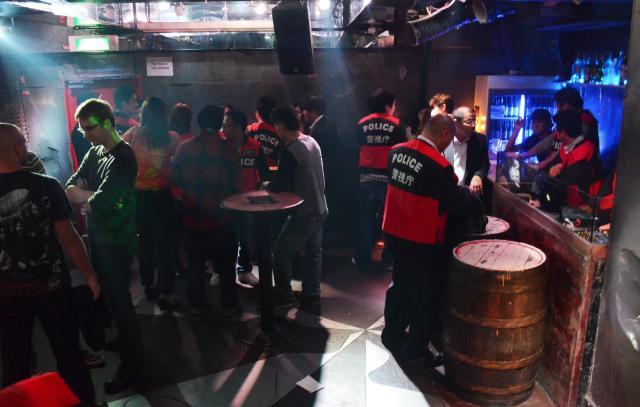 摘発直後のクラブの店内。右奥にDJブースがあり、手前のスペースで客が踊っていた=2013年10月深夜、東京・西麻布、津田六平撮影
