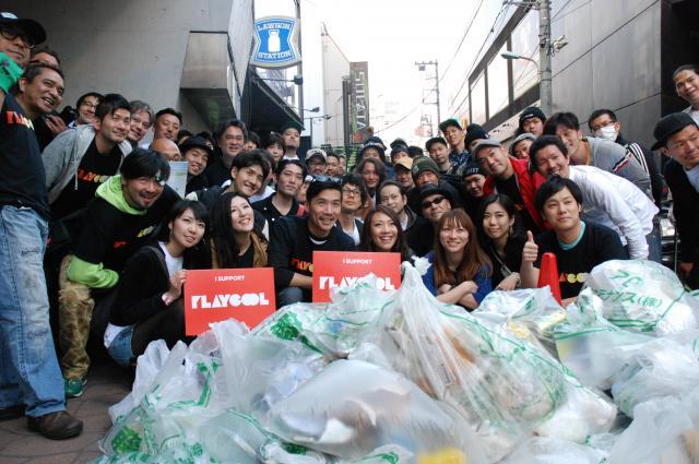 早朝清掃活動の後、記念写真におさまる「クラブとクラブカルチャーを守る会」のメンバーら=2014年5月、東京・渋谷