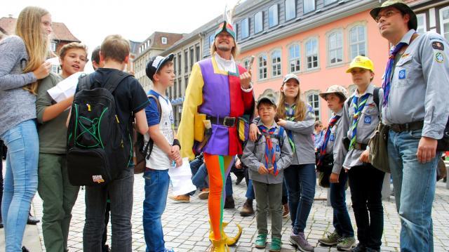 ドイツのハーメルンで人気の笛吹き男のガイド=2014年6月26日、玉川透撮影