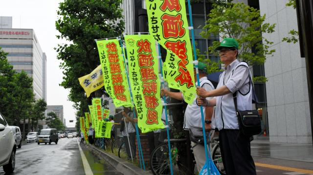 道路沿いに立ち、飲酒運転の防止を訴える人たち=2015年7月13日、札幌市中央区
