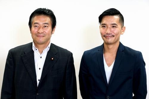 ダンス文化推進議員連盟事務局長の秋元司衆院議員(左)と対談したZeebraさん=2013年10月、松本敏之撮影