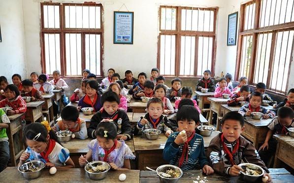 フリーランチを食べる子どもたち=安徽省の石台小学校