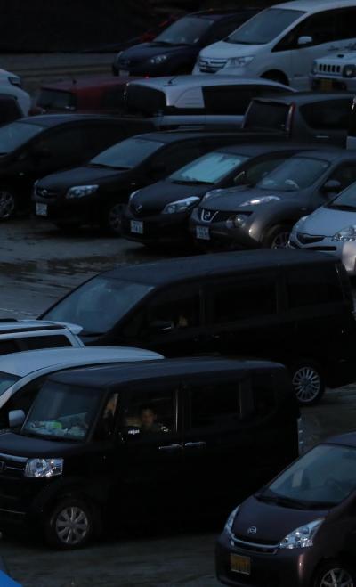 避難所のグラウンドに並ぶ、車中泊をする人たちなどの車=4月21日午後、熊本県益城町、西畑志朗撮影(車のナンバーにモザイクをかけています)