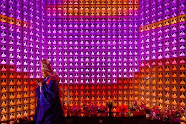 東京都内には、こんな納骨堂も。位牌代わりの、LED電球を仕込んだガラス製の仏像がグラデーションを描く