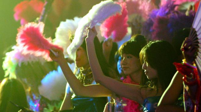 一夜限りの「ジュリアナ東京」復活で扇子を手に踊る参加者たち=2008年9月6日