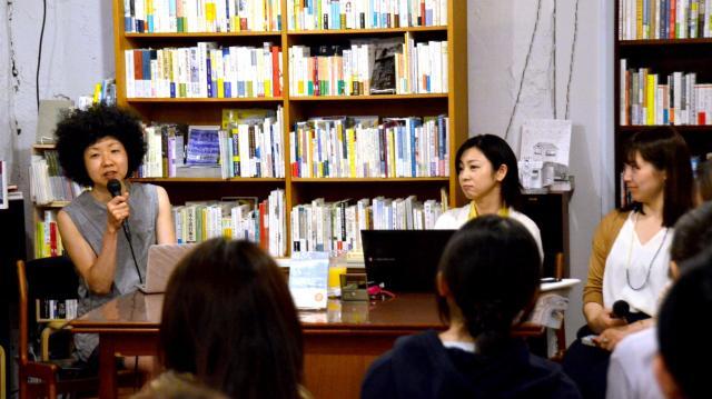 退社後、かつての同僚とのトークセッションに登場した稲垣えみ子さん(左)=2016年5月14日