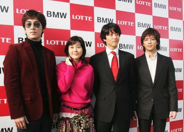 韓国ドラマ「ガラスの華」の制作で来日した左から、韓国のスター、キム・ソンスさん、キム・ハヌルさん、イ・ドンゴンさんと日本の俳優・金子昇さん=2004年11月9日、神戸市中央区で