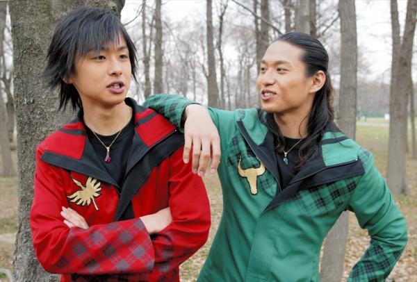 「魔法戦隊マジレンジャー」に出演したマジレッド役の橋本淳(左)とマジグリーン役の伊藤友樹=さいたま市で