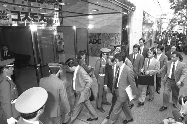 リクルートコスモス本社に入る東京地検の検事ら=1988年10月19日