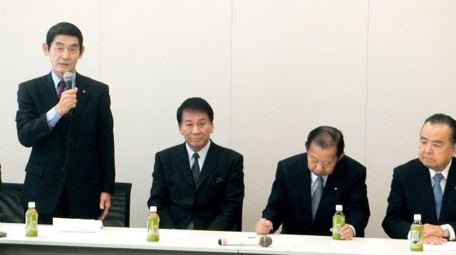 超党派議員の演歌議連の会合に出席した、歌手の杉良太郎氏(左から2人目)と自民党の二階俊博総務会長(右から2人目)=2016年3月2日、東京都千代田区
