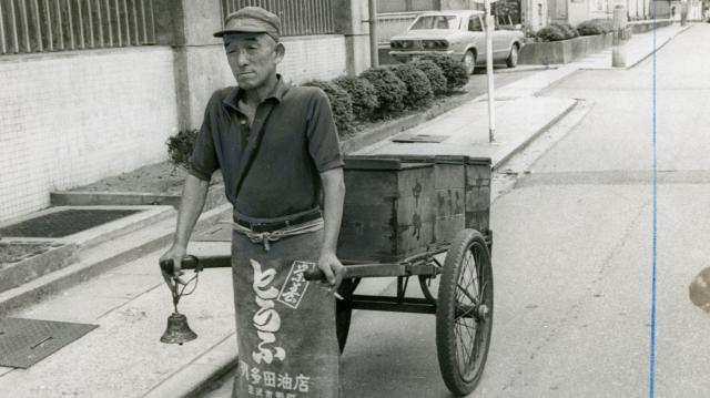 荷車を引き街を行く行商の豆腐屋さん=1974年8月