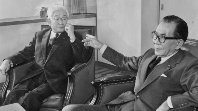 自民党の三木武夫・元外相(右)と怪談する日中議連の藤山愛一郎氏=1972年4月25日