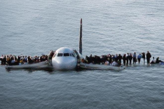 米ニューヨークのハドソン川に不時着したUSエアウェイズ機と、主翼の上に避難する乗客 ©2016 Warner Bros. All Rights Reserved