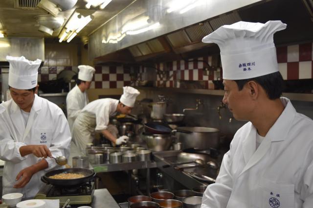 ランチの営業が終わってから、新しいメニュー作りに取り組む料理人たち=東京都千代田区の赤坂四川飯店本店